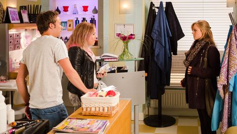 Gemma discovers that Sarah is pregnant