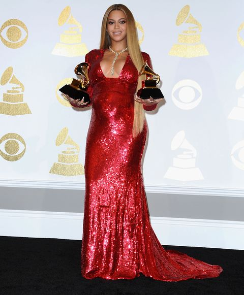 Pregnant Beyonce holds up her Grammy awards, 2017