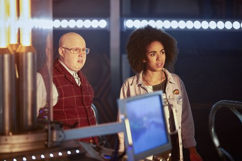 nardole matt lucas and bill pearl mackie in 'doctor who' s10e01, 'the pilot'