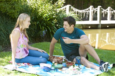 Finn Kelly joins Xanthe Canning for a picnic in Neighbours