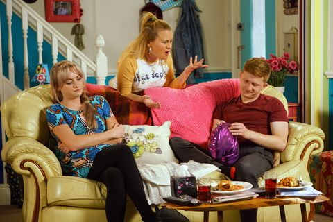 Gemma Winter wants Chesney Brown to sue the Bistro in Coronation Street