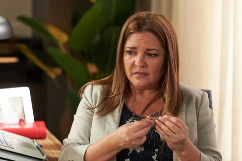 Terese Willis's hair starts to fall out in Neighbours