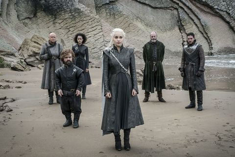 Game of Thrones s07e04: Varys, Tyrion, Missandei, Daenerys, Davos and Jon Snow await the arrival of the Ironborn