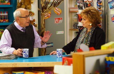 Rita Tanner le confía a Norris Cole sus problemas de memoria en Coronation Street