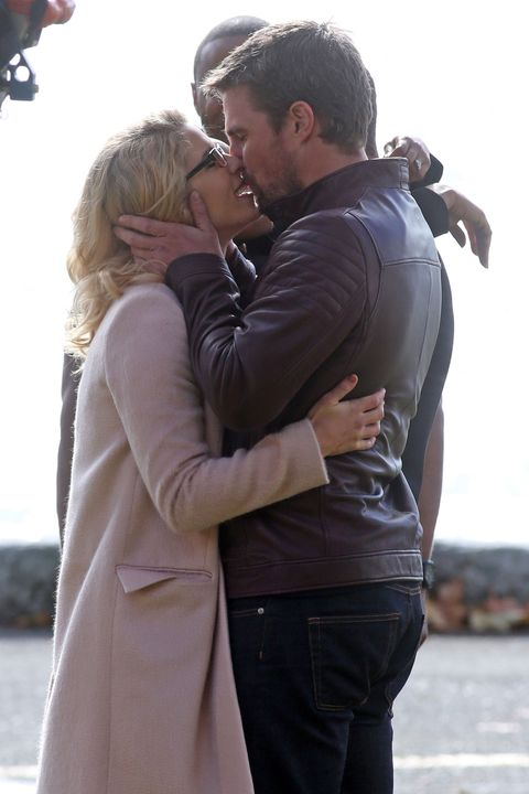 Dc Tv Crossover First Look Confirms Olicity Reunion