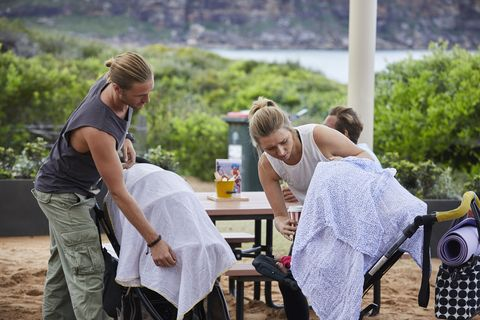 Ash bumps into a single mum in Home and Away