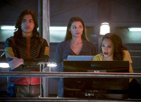 The Flash season 4 finale pictures hint at a surprising team-up