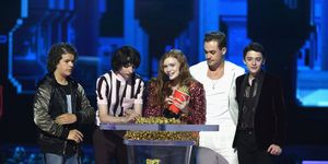 Gaten Matarazzo, Finn Wolfhard, Sadie Sink, Dacre Montgomery, Noah Schnapp accept the Best Show award for Stranger Things