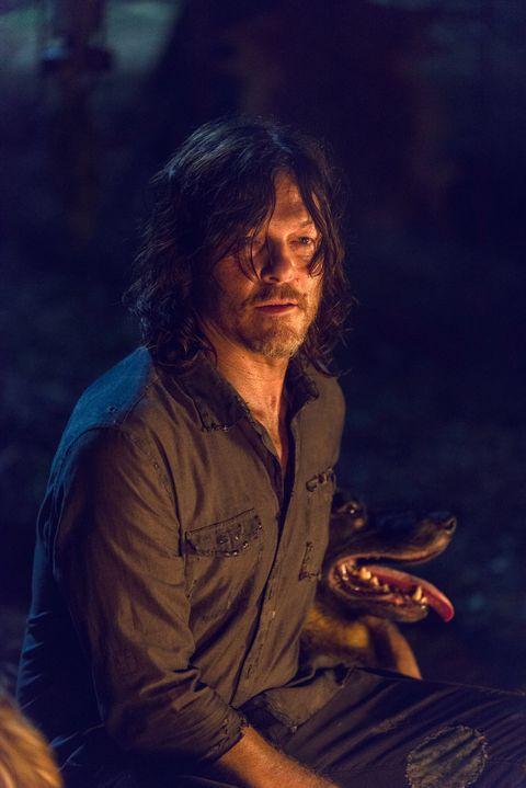 Norman Reedus nei panni di Daryl Dixon e cane in The Walking Dead, stagione 9