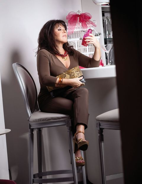 Leg, Sitting, Bar stool, Fashion accessory, Knee, Thigh, Stool, Lamp, Photo shoot,