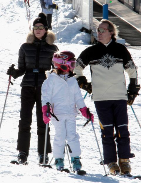 Clothing, Eyewear, Vision care, Recreation, Sports equipment, Winter, Trousers, Winter sport, Snow, Standing,