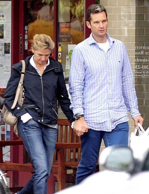 Leg, Dress shirt, Denim, Trousers, Collar, Jeans, Shirt, Textile, Outerwear, Interaction,