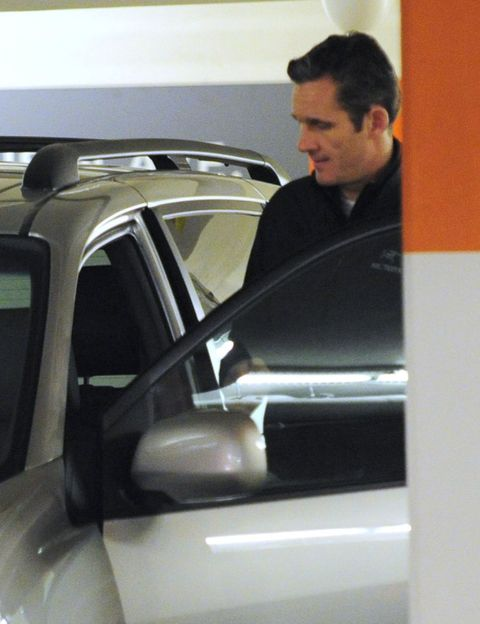 Automotive design, Automotive exterior, Vehicle door, Automotive carrying rack, Glass, Windshield, Windscreen wiper, Roof rack, Automotive window part, Automotive luggage rack,