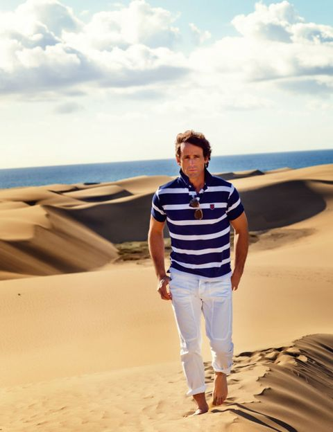 Sand, Natural environment, Sleeve, Landscape, Standing, Khaki, Aeolian landform, Summer, Vacation, Travel,
