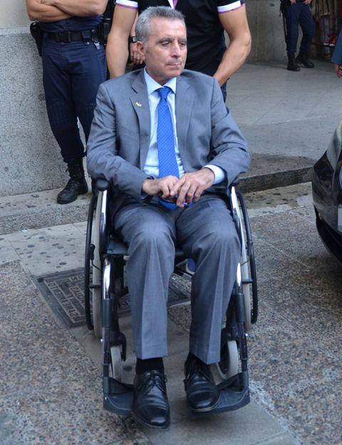 Leg, Wheelchair, Shoe, Tie, Sitting, Chair, Employment, Pocket, Watch, Vehicle registration plate,