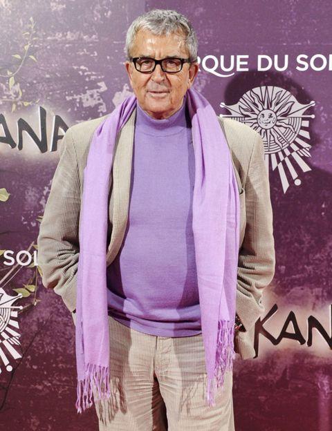 Glasses, Vision care, Sleeve, Purple, Lavender, Wrinkle, Belt, Graphic design, Flag, Pocket,