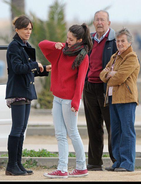 Clothing, Hair, Footwear, Leg, Trousers, Jacket, Jeans, Textile, Outerwear, Coat,