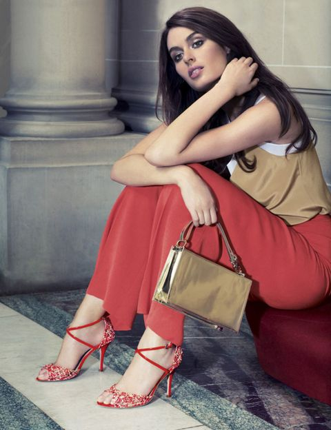 Shoulder, Human leg, Joint, Red, Bag, Style, Fashion accessory, Sitting, Beauty, Fashion,