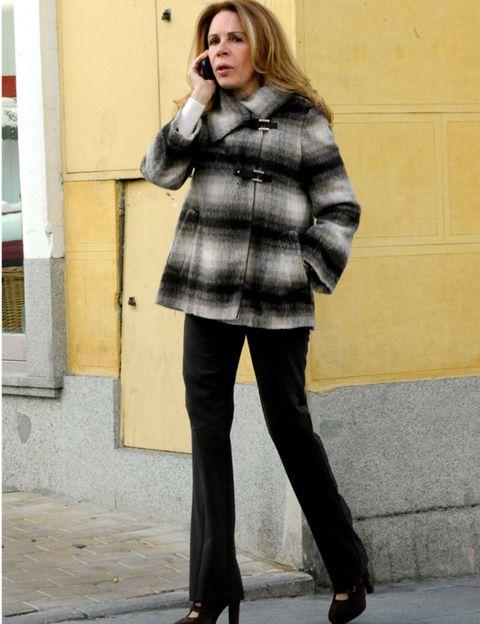 Clothing, Footwear, Leg, Sleeve, Shoulder, Collar, Textile, Joint, Shoe, Outerwear,