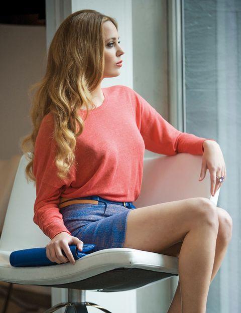 Human leg, Shoulder, Comfort, Sitting, Jeans, Knee, Denim, Thigh, Blond, Waist,