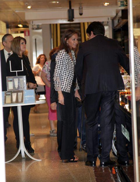 Footwear, Lighting, Trousers, Shirt, Coat, Suit, Conversation, Business, Suit trousers, Customer,