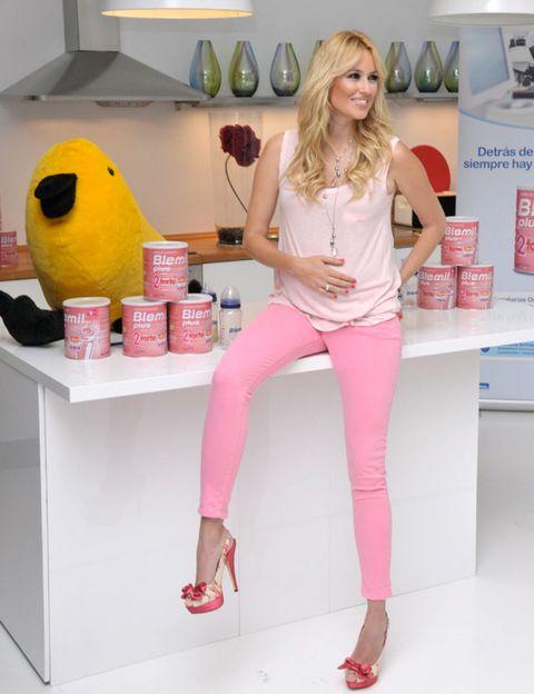 Leg, Human leg, Joint, Pink, Style, Fashion accessory, Magenta, Thigh, Beauty, Knee,