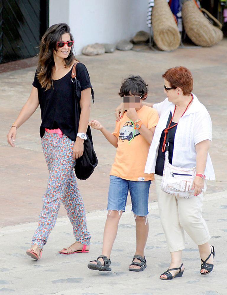 Nuria roca comienza sus vacaciones en menorca for Familia roca