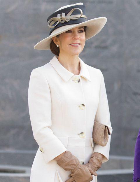 Hat, Sleeve, Human body, Collar, Outerwear, White, Coat, Style, Sun hat, Headgear,