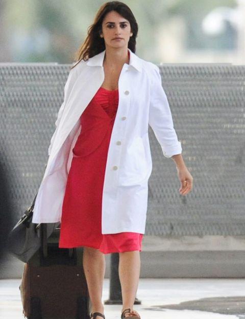 Clothing, Sleeve, Shoulder, Joint, Outerwear, Human leg, Coat, Street fashion, Formal wear, Fashion model,