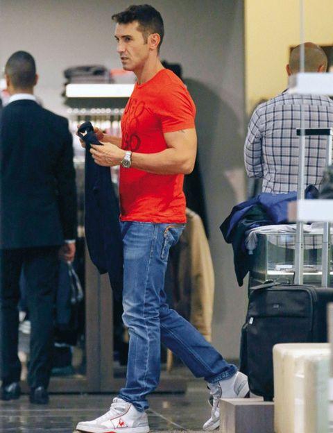 Leg, Trousers, Jeans, Denim, Shoulder, Standing, Shoe, Shirt, Outerwear, T-shirt,