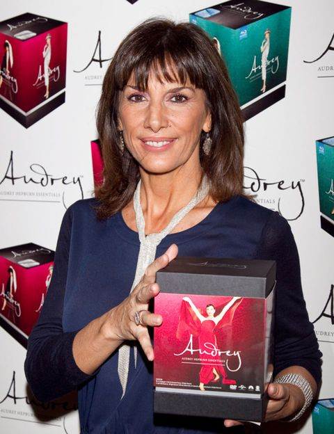 Smile, Logo, Carmine, Bangs, Feathered hair, Layered hair, Makeover, Premiere, Games, Award ceremony,