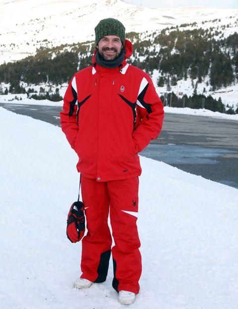Winter, Freezing, Snow, Jacket, Ice cap, Glacial landform, Cap, Carmine, Bag, Geological phenomenon,