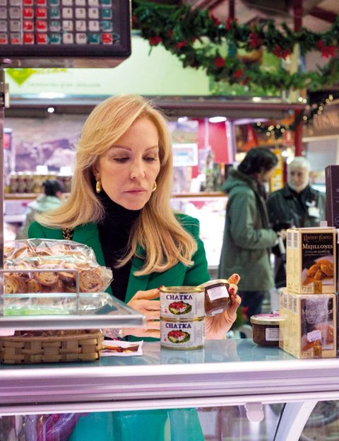 Cuisine, Food, Dish, Display device, Dessert, Recipe, Customer, Baked goods, Trade, Retail,