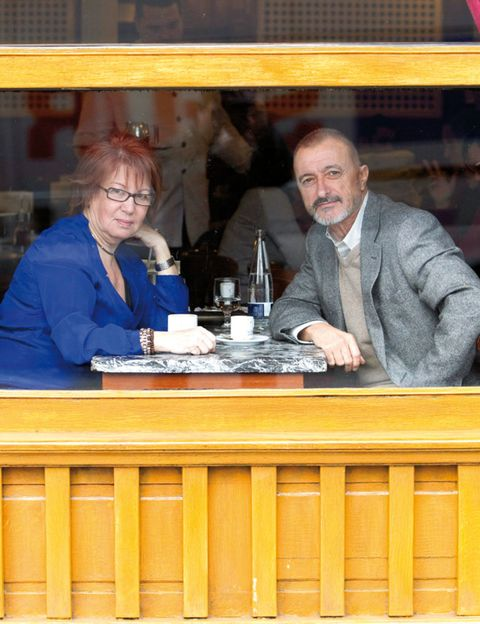Tableware, Serveware, Conversation, Dishware, Wood stain, Restaurant, Varnish, Saucer, Business,