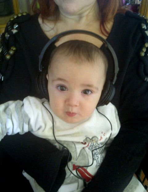 Ear, Cheek, Skin, Forehead, Mammal, Child, Comfort, Baby & toddler clothing, Interaction, Iris,