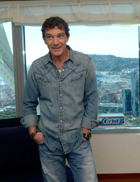 Blue, Dress shirt, Sleeve, Denim, Trousers, Collar, Shirt, Textile, Jeans, Standing,