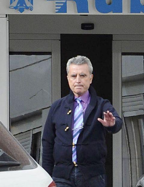 Dress shirt, Collar, Automotive exterior, Blazer, Sitting, Tie, Electric blue, Vehicle door, White-collar worker, Windshield,
