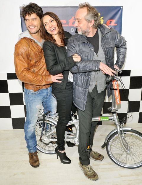 Footwear, Bicycle tire, Wheel, Bicycle wheel, Bicycle wheel rim, Trousers, Bicycle frame, Bicycle, Shirt, Outerwear,