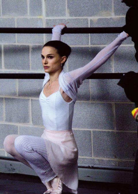 Elbow, Waist, Knee, Trunk, Flash photography, Abdomen, Foot, Dancer, Active pants, Ankle,