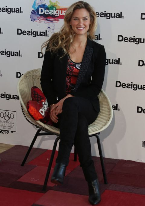 Hairstyle, Shoe, Sitting, Blazer, Fashion, Knee, Blond, Long hair, Necklace, Boot,