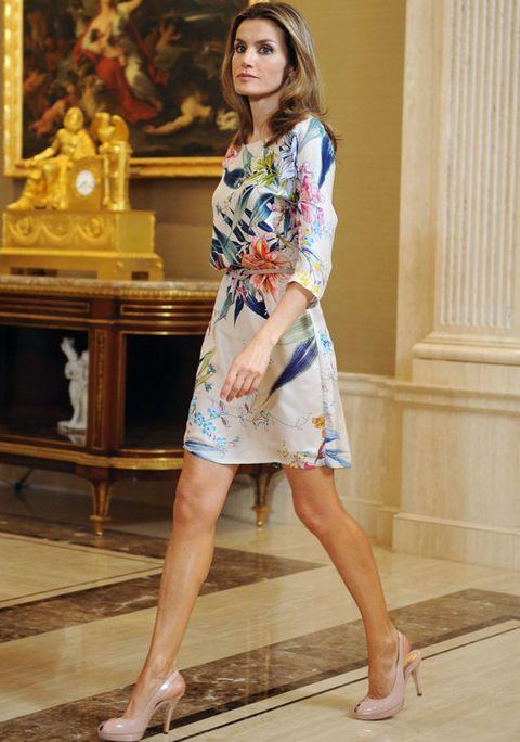 Human leg, Sleeve, Shoulder, Joint, Dress, One-piece garment, Toe, Street fashion, Foot, Day dress,