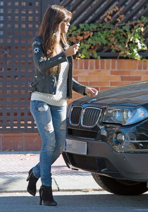 Clothing, Trousers, Headlamp, Denim, Jeans, Grille, Automotive exterior, Automotive lighting, Outerwear, Bag,