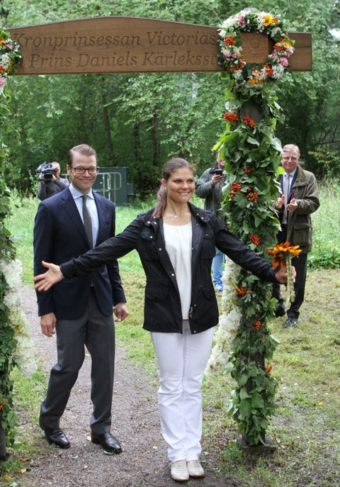 Trousers, Coat, Outerwear, People in nature, Suit, Suit trousers, Blazer, Shrub, Spring, Floristry,