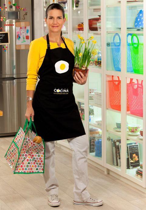 Bag, Service, Luggage and bags, Street fashion, Retail, Walking shoe, Display case, Shoulder bag, Shelf, Shopping bag,