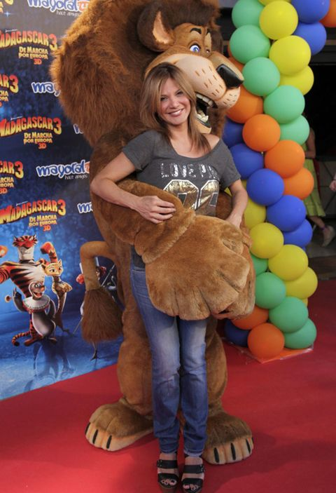 Human, Balloon, Party supply, Fur, Natural material, Blond, Sun hat, Carpet, Animal product,
