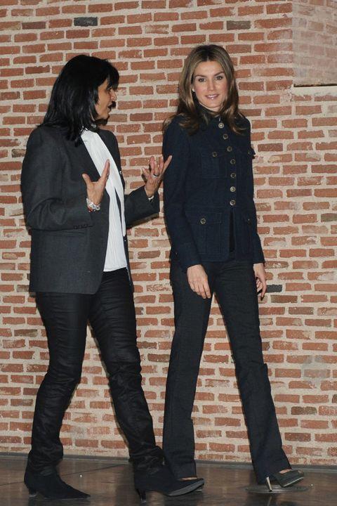 Clothing, Hair, Footwear, Leg, Trousers, Brick, Shoe, Outerwear, Coat, Style,