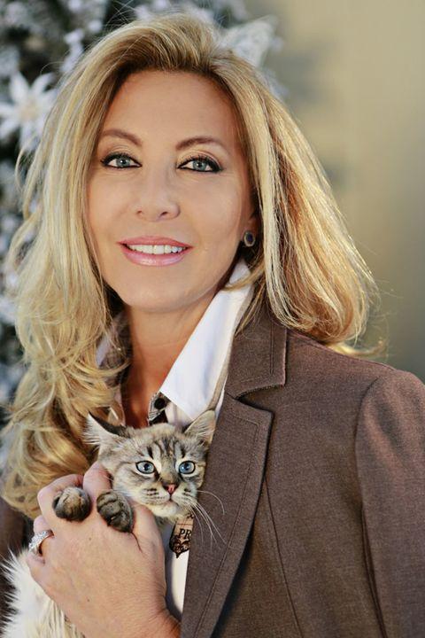 Human, Lip, Hairstyle, Skin, Eyebrow, Coat, Vertebrate, Mammal, Eyelash, Small to medium-sized cats,