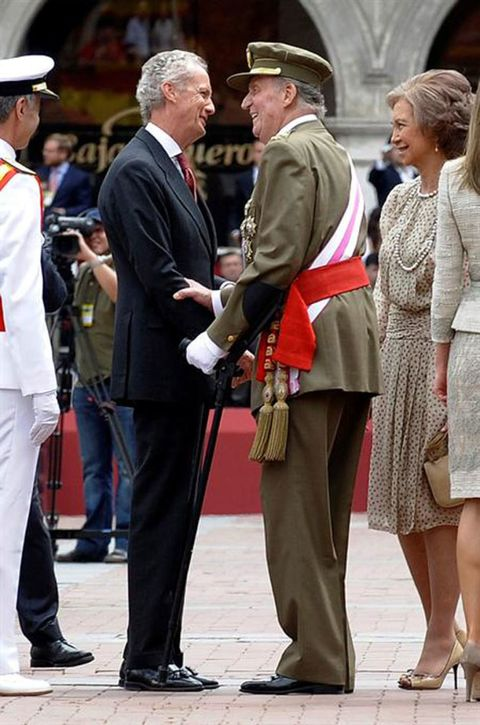 Footwear, Leg, Hat, Shoe, Uniform, Interaction, Suit trousers, Headgear, Dress, Sun hat,