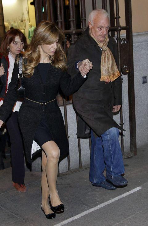 Leg, Outerwear, Dress, Coat, Little black dress, Door, One-piece garment, Foot, Day dress, Ankle,