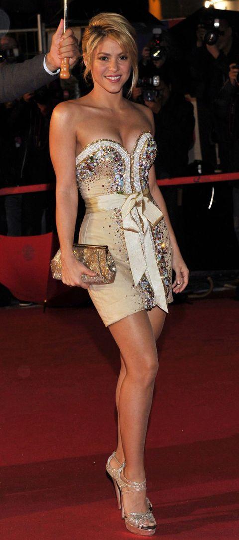 Shoulder, Human leg, Flooring, Joint, Strapless dress, Waist, Floor, Thigh, Fashion, Fashion model,